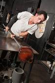 Homem verificando seu vaso de vidro — Fotografia Stock