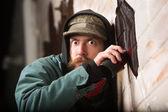 Gergin adam duvara etiketleme — Stok fotoğraf