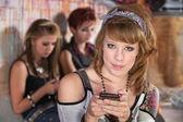 Cep telefonu ile sırıtan genç — Stok fotoğraf