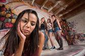 Gemengde tiener houdt van kin — Stockfoto