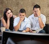 Inställsam familj på tv — Stockfoto