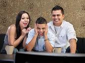 семья смеяться на тв — Стоковое фото