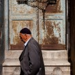 Постер, плакат: Muslim man passing Istanbul doorway