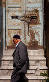 Muslim man passing Istanbul doorway — Stockfoto
