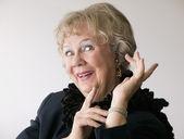 Donna senior drammatica con un boa — Foto Stock