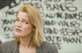 Mujer delante de graffiti — Foto de Stock