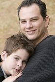Man en jongen ontspannen — Stockfoto