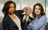 Vrouwelijke ondernemers duwen terug een zakenman — Stockfoto