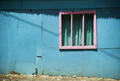 Pink Window on a Blue Wall in Costa Rica — Stock Photo