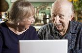 Couple de personnes âgées avec un ordinateur portable — Photo