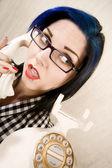 Telefondaki genç ve güzel kadın — Stok fotoğraf