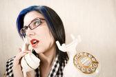 Mujer joven y bonita en el teléfono — Foto de Stock