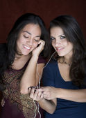 Two young women listening to music — Stock Photo