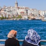 Muslim women on the Bosphorus — Stock Photo