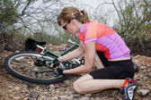 γυναίκα επισκευή ποδήλατο βουνού — Φωτογραφία Αρχείου