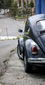 Old car on a steep street — Stock Photo
