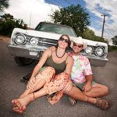 Happy Couple with Vintage Car — Stockfoto