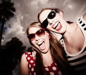 Niñas moda contra un cielo nublado — Foto Stock