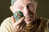 человек, созерцая резинкой мяч — Стоковое фото