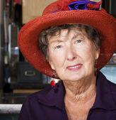 年配の女性の身に着けている赤い帽子 — ストック写真