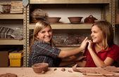Two happy girls in clay studio — Stockfoto