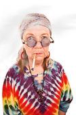 Senior hippie dame roken — Stockfoto