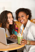 Dwie kobiety pracują na laptopa — Zdjęcie stockowe