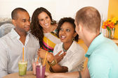 People are socializing over smoothies — Stock Photo