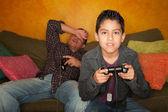 Hispánský muž a chlapec hraje video hry — Stock fotografie
