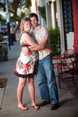 Zwangere vrouw omarmen haar partner — Stockfoto