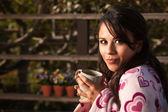 Donna con tè — Foto Stock