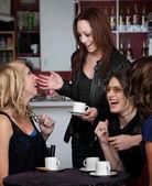 Czterech przyjaciół śmiechem — Zdjęcie stockowe