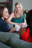 コーヒーを楽しんでいる女性 — ストック写真