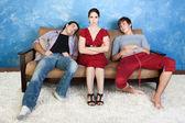 Geërgerd vrouw en twee mannen — Stockfoto