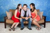 Mann mit Freundinnen — Stockfoto