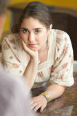Mulher jovem preocupada — Foto Stock