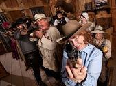 Sorridente anziani donna punti pistola — Foto Stock