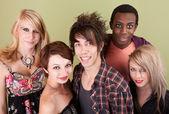 5微笑的城市青少年绿色的墙壁前. — 图库照片