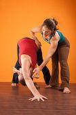 Estudiante de yoga instructor ayudando — Foto de Stock