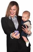 Geschäftsfrau und baby betrachten telefon — Stockfoto
