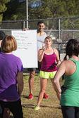 Instrutores de fitness explicando exercícios — Fotografia Stock