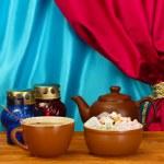 czajnik filiżanka i spodek z słodki Turcy na drewnianym stole na — Zdjęcie stockowe