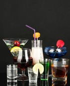 Eine vielzahl von alkoholischen getränken, die isoliert auf schwarz — Stockfoto