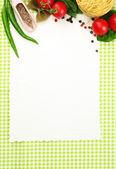 Papier für rezepte, gemüse und gewürze auf grünem hintergrund — Stockfoto