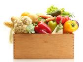 Legumes frescos em caixa de madeira, isolado no branco — Foto Stock