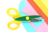 Bunte zick-zack-schere mit farbpapier isoliert auf weiss — Stockfoto