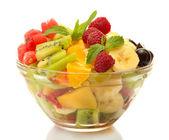 φρέσκα φρούτα σαλάτα σε μπολ που απομονώνονται σε λευκό — Φωτογραφία Αρχείου