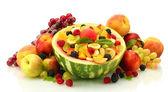 салат из свежих фруктов арбузы, фрукты и ягоды, изолированные на белом — Стоковое фото