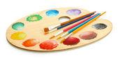 Paleta de madera arte con pintura y pinceles aislados en blanco — Foto de Stock