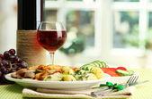 Arrosto di cotoletta di pollo con patate bollite e cetrioli, bicchiere di vino sulla g — Foto Stock